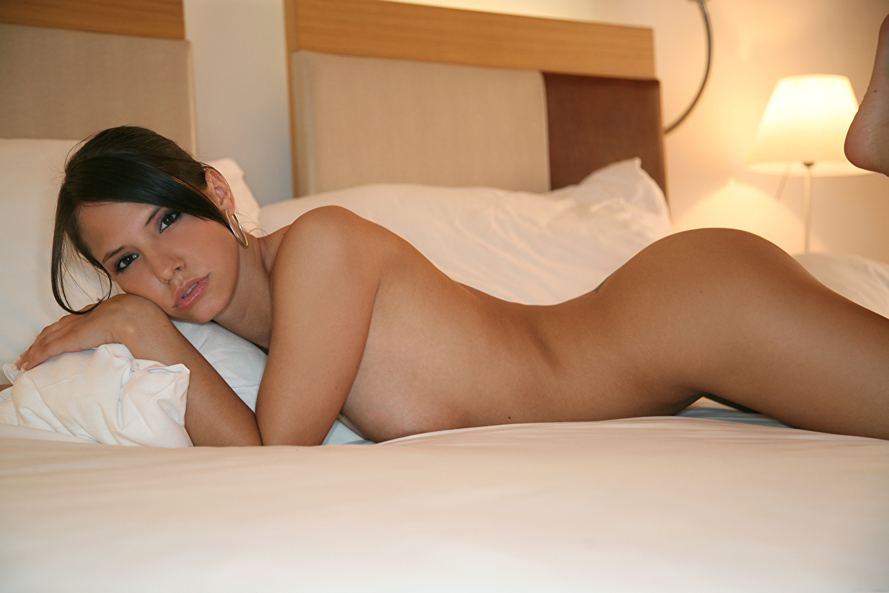 Women nude in bedroom - Naked pictures