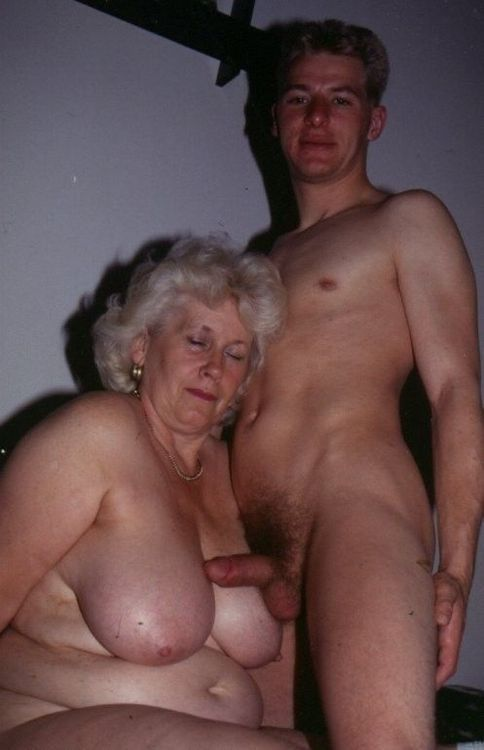 Pay attention to these nude mothers..