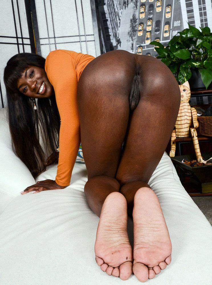 Adorable ebony model revealing her..