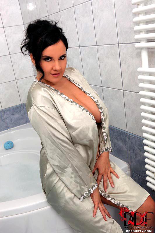 Dark haired bbw Roxana baring gigantic..